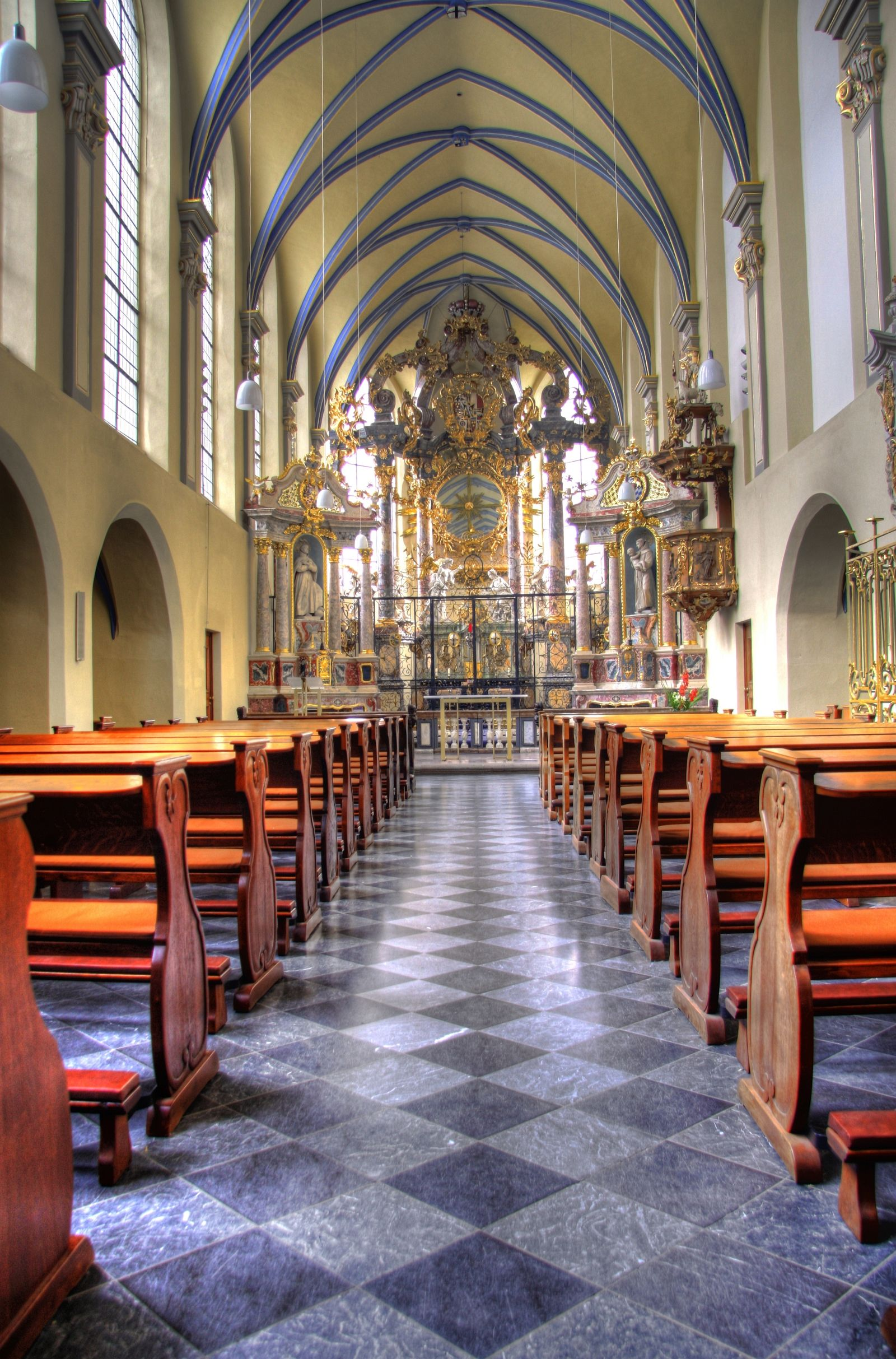 Blick auf den Altarbereich der Schlosskirchen St. Maria von den Engeln zu Brühl